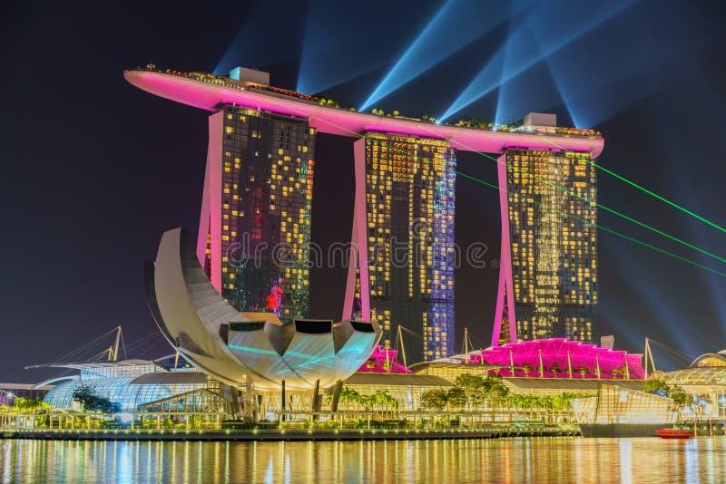 新加坡- 2018年10月15日:小游艇船坞海湾沙子激光展示在晚上 库存图片