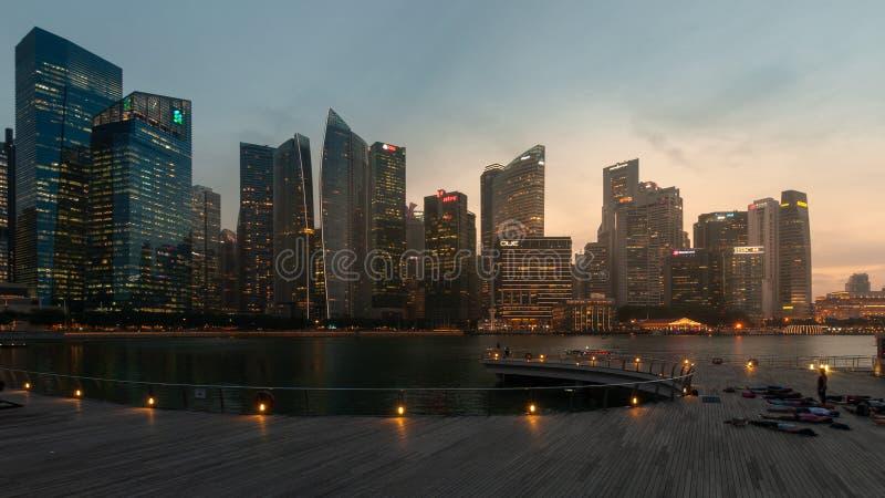 新加坡-2018年7月5日:小游艇船坞海湾的摩天大楼 库存图片