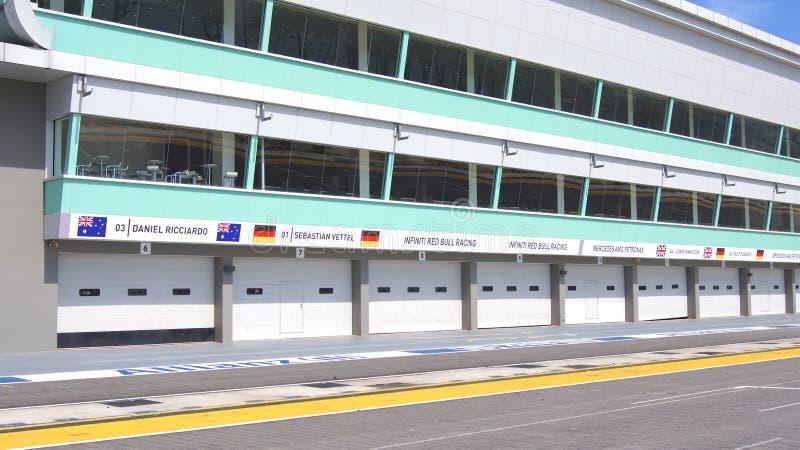 新加坡- 2015年4月2日:挖坑车道并且开始一级方程式赛车赛马跑道的终点线在小游艇船坞海湾街道电路 免版税库存照片