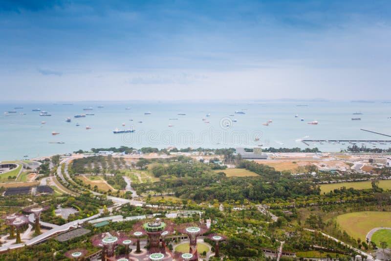 新加坡- 2014年1月20日:新加坡都市风景  地平线和商业区小游艇船坞海湾现代摩天大楼  免版税库存图片