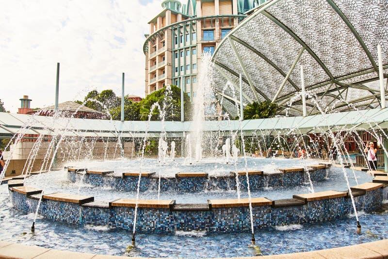 新加坡- 2019年3月19日:梦想湖,集成合理和光线影响、烟火制造术和水 库存图片