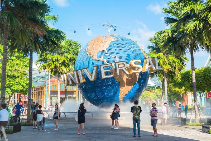 新加坡- 1月13日游人和为在普遍性前面的主题乐园访客大转动的地球喷泉照相 免版税图库摄影