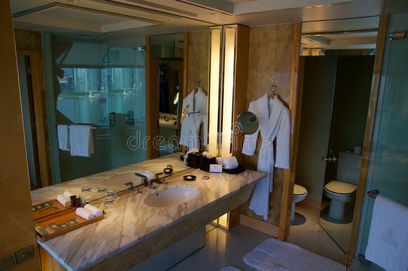 新加坡- 2016年7月23日, :有现代内部的,美丽的大卫生间大理石豪华旅馆室 库存照片