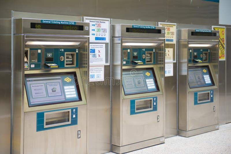 新加坡- 2015年10月12日:火车票机器在机场 免版税库存图片
