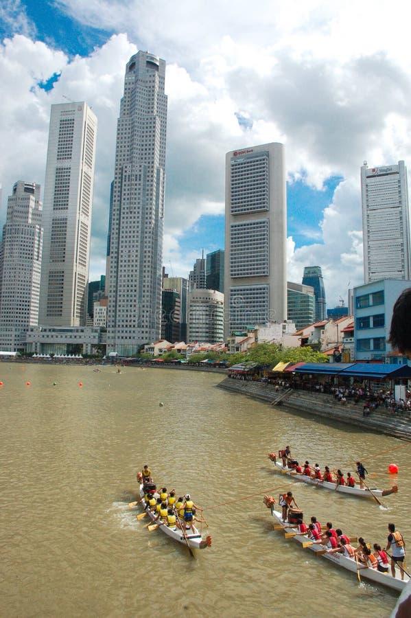 新加坡- 11月22:未认出的队参加国际龙舟赛在小游艇船坞海湾,11月的新加坡 库存照片