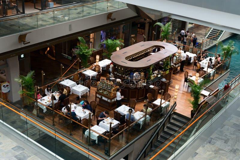 在小游艇船坞海湾的咖啡馆铺沙豪华购物中心 库存照片