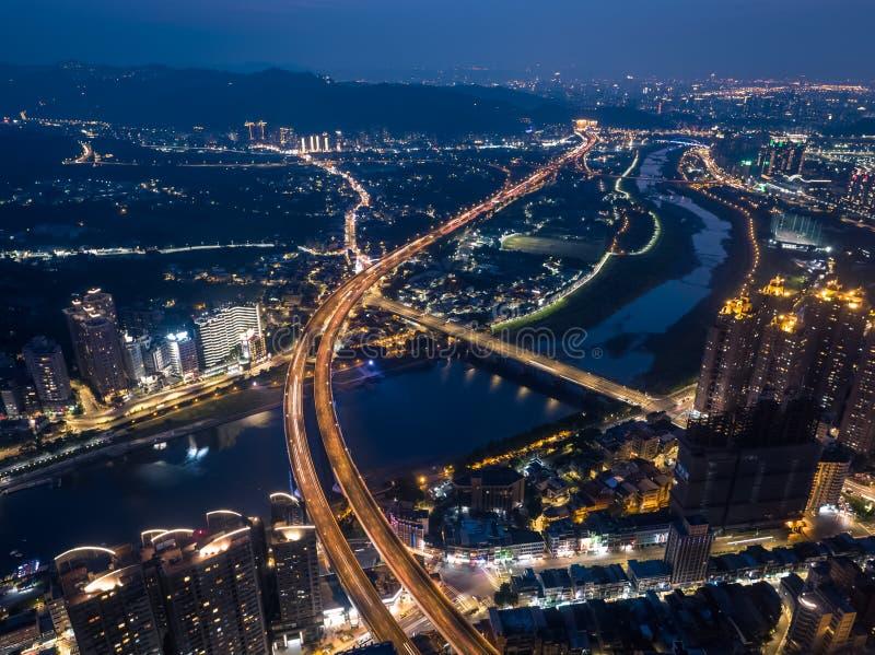 新北市夜视图-城市地平线鸟瞰图用途寄生虫在晚上在新的台北,台湾 免版税库存照片