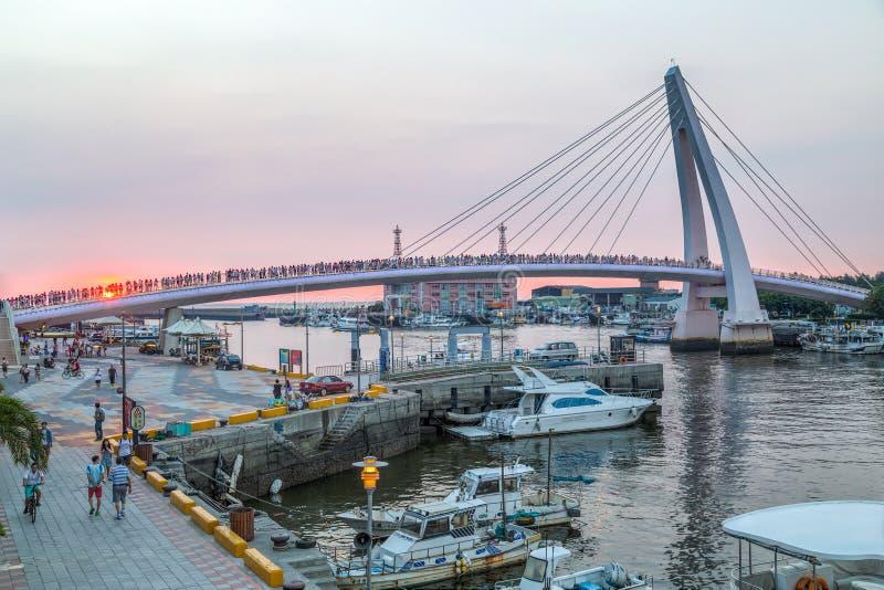 新北市,台湾-大约2015年8月:淡水厅恋人桥梁在新北市,日落的台湾 免版税库存图片