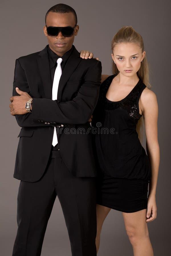 新可爱的妇女和英俊的非洲人 免版税库存照片