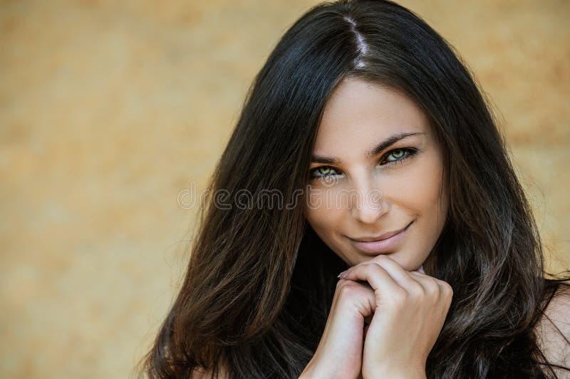新可爱的微笑的妇女纵向 免版税库存图片
