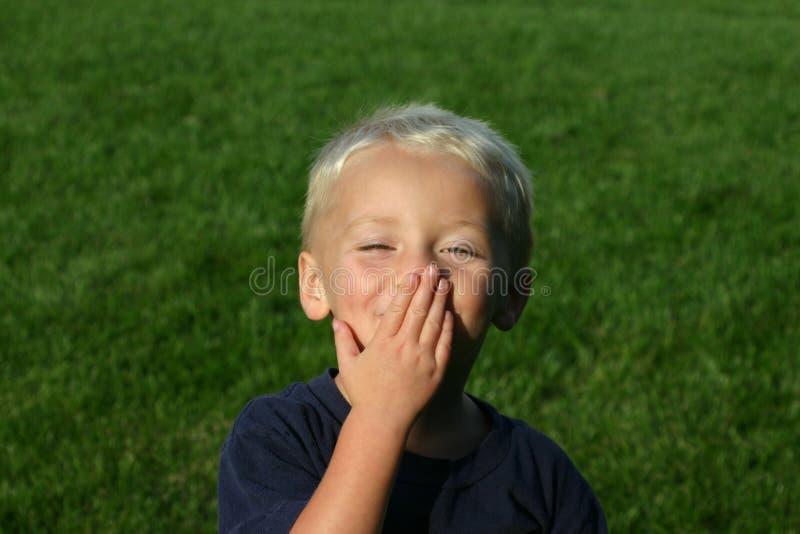 新吹的男孩的亲吻 免版税库存照片