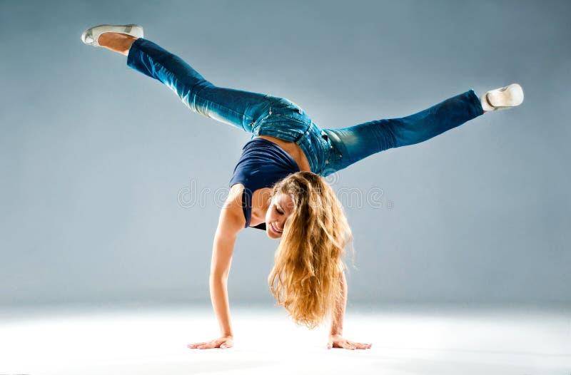 新和美好舞蹈演员摆在 免版税库存图片