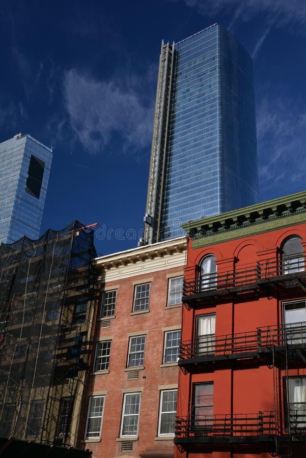 新和老大厦在纽约,NY,美国 褐砂石房子细节 库存照片