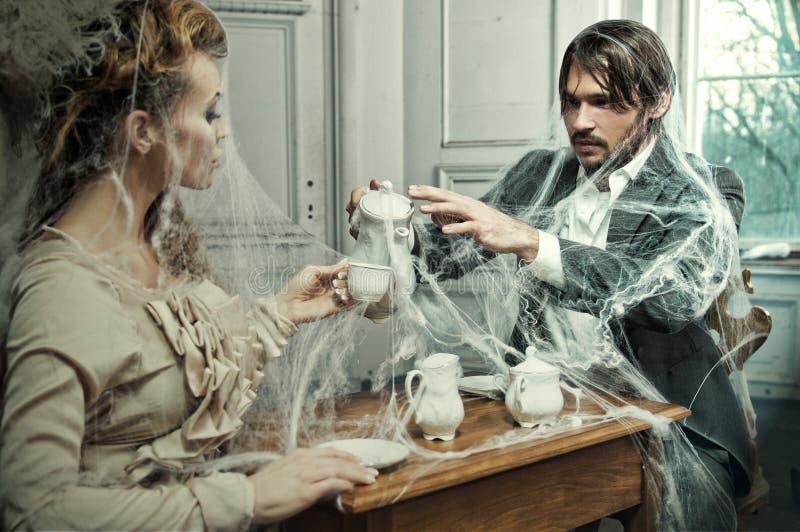 新在一座老城堡的夫妇饮用的咖啡 免版税图库摄影