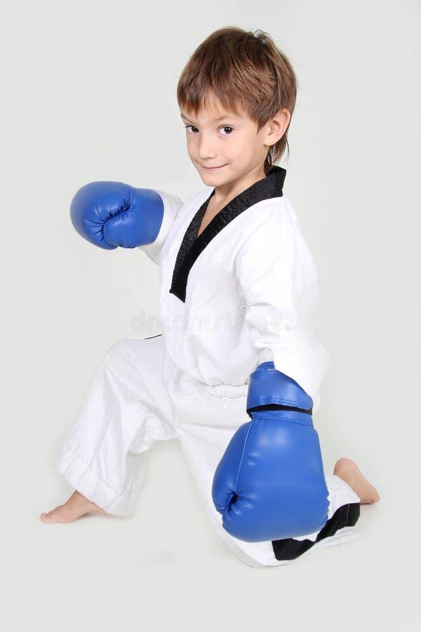 新在白色查出的男孩kickboxing的战斗机 免版税库存照片