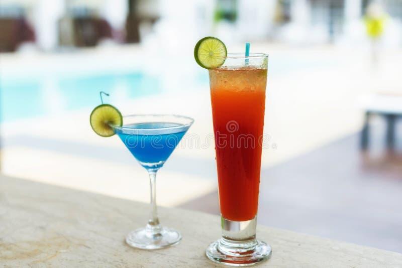 新在豪华热带海滩稀土的夏天冷的新鲜水果饮料 免版税库存照片