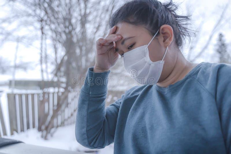 新型2019-nCoV,MERS-Cov中东呼吸综合征 防护性医用面具和药品,药丸 免版税库存图片