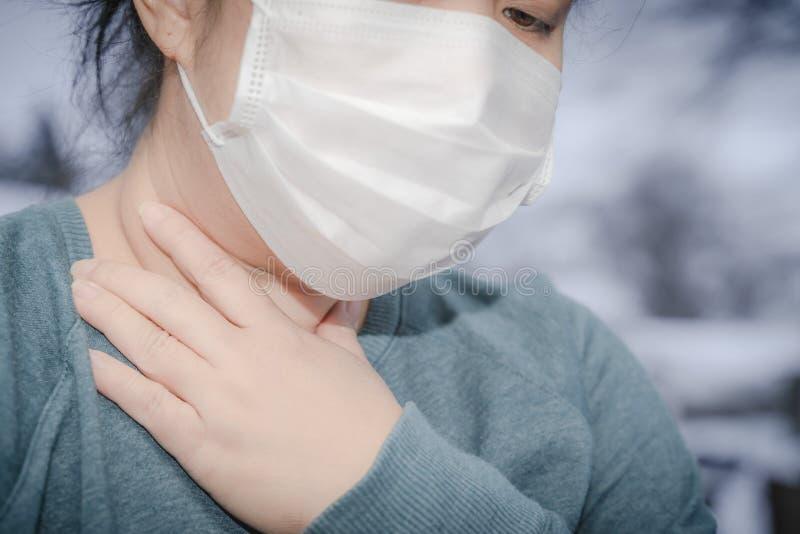 新型2019-nCoV,MERS-Cov中东呼吸综合征 防护性医用面具和药品,药丸 免版税库存照片
