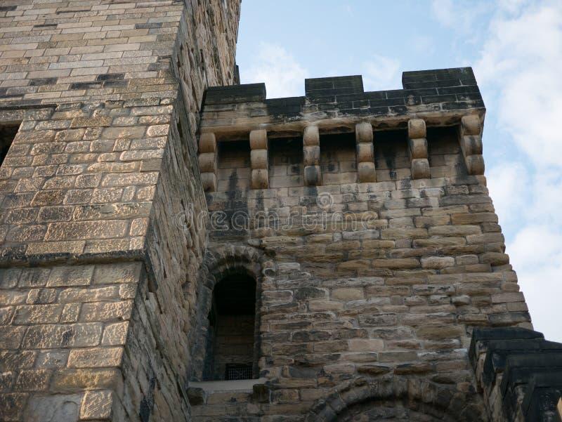 新堡城堡保持,与原始的古老石制品的侧门和垒 库存照片