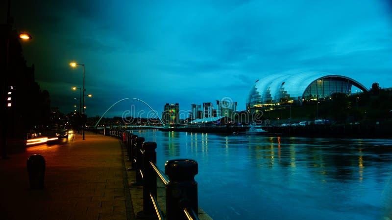 新堡看法黄昏的,在桥梁下 免版税库存照片