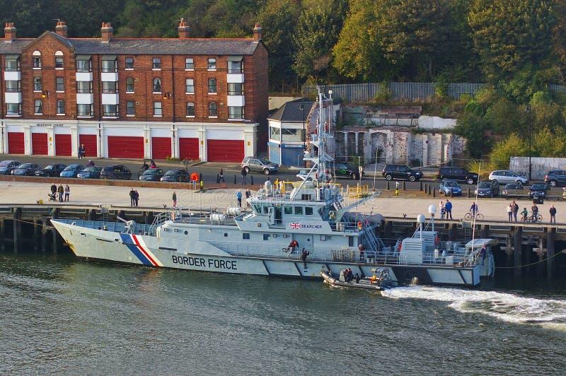 新堡,英国- 2014年10月5日, -她的停泊的英国边界力量切削刀HMC搜寻者与肋骨巡逻艇以后的Al 库存照片