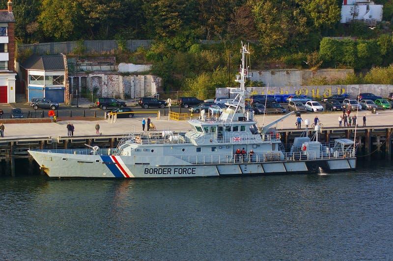 新堡,英国- 2014年10月5日, -她的停泊的英国边界力量切削刀HMC搜寻者 免版税图库摄影