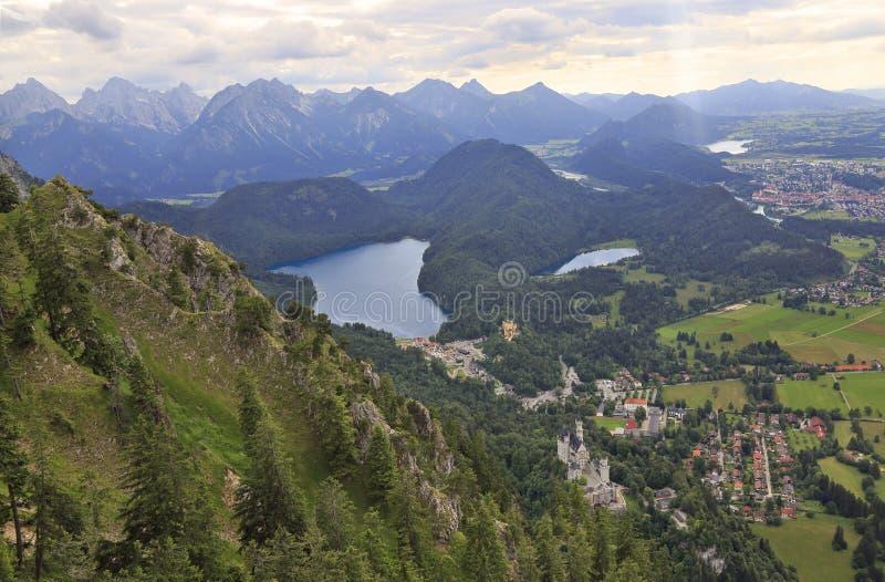 新天鹅堡城堡、Alpsee湖、菲森和巴法力亚阿尔卑斯鸟瞰图  免版税库存照片