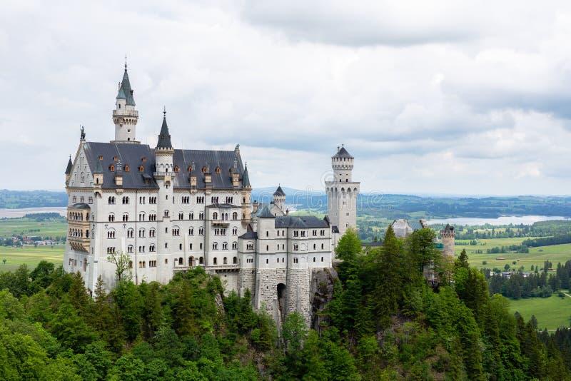 新天鹅堡城堡在菲森德国 Schloss新天鹅堡 新的Swanstone城堡 夏天风景-看法  免版税库存图片