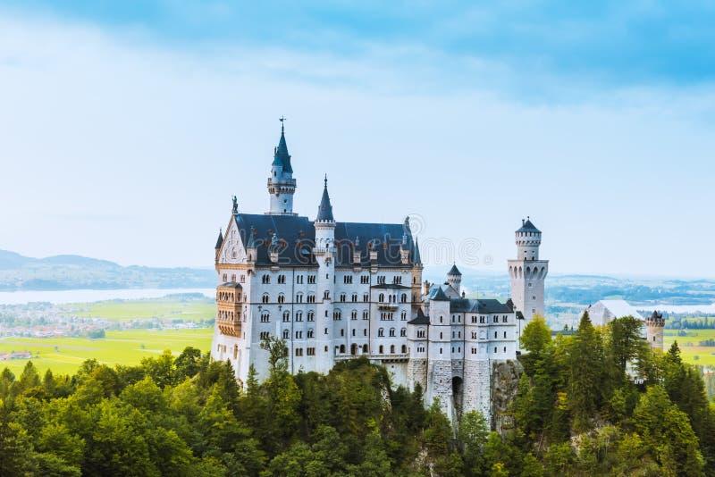 新天鹅堡城堡美好的鸟瞰图在夏季的 图库摄影