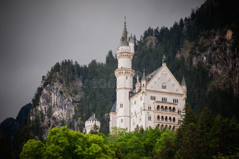 新天鹅堡,童话城堡的可爱的秋天风景全景图片在慕尼黑附近的在巴伐利亚, 库存照片
