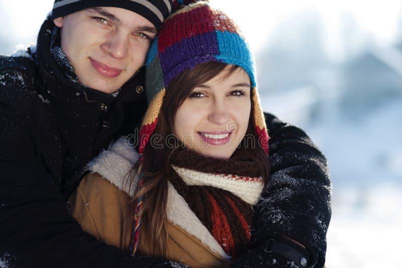 新夫妇在冬天 免版税图库摄影