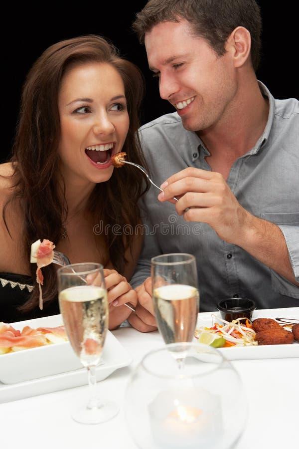 新夫妇在餐馆 免版税库存图片