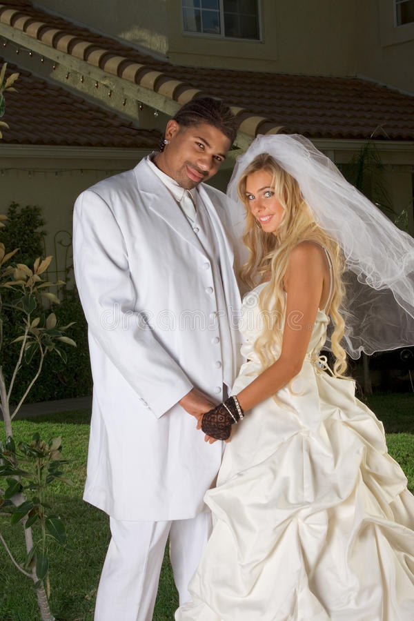 新夫妇愉快的人种间的心情婚姻婚礼 库存照片