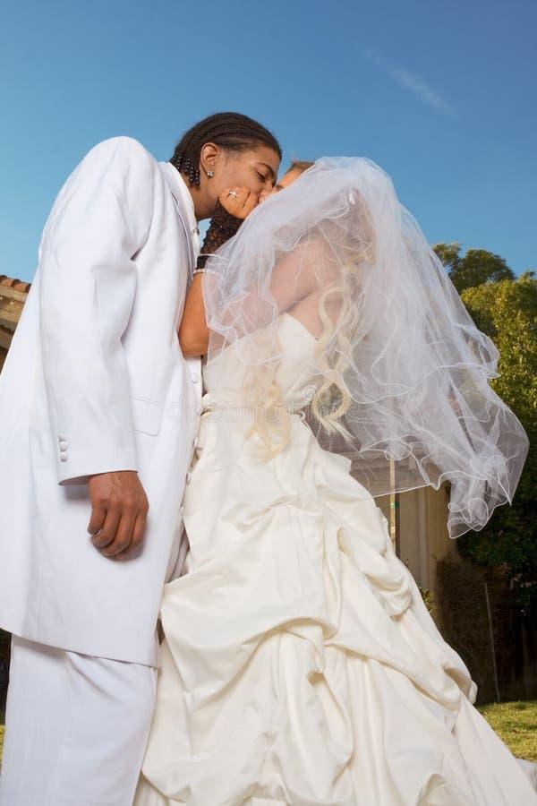 新夫妇愉快的人种间的心情婚姻婚礼 免版税图库摄影