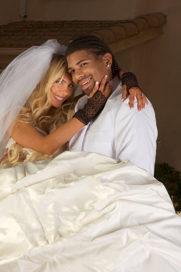新夫妇愉快的人种间的心情婚姻婚礼 免版税库存照片