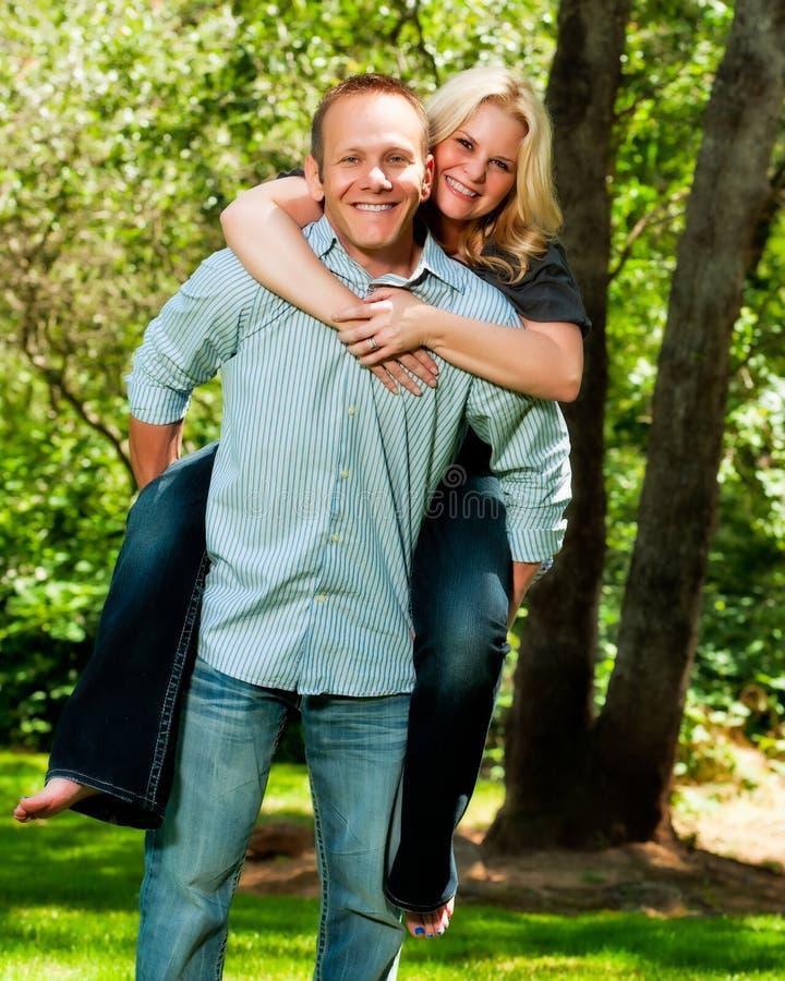 新夫妇有肩扛在公园 库存照片