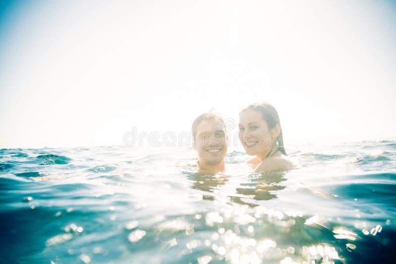 新夫妇游泳 免版税库存照片