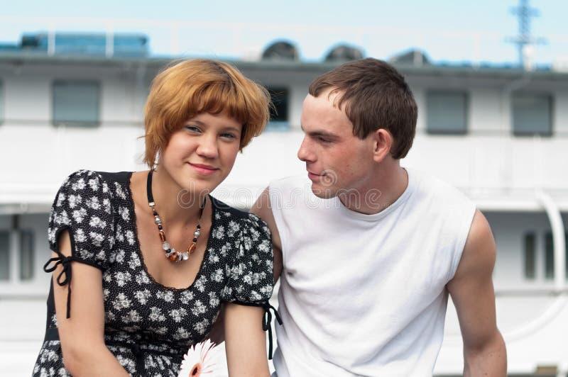 新夫妇爱恋的十几岁 免版税库存图片