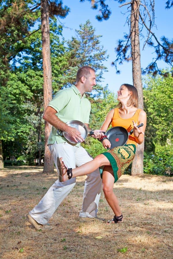新夫妇获得乐趣在森林 库存照片