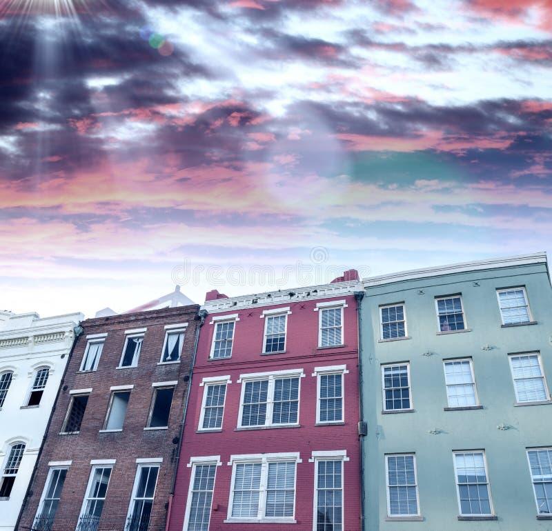 新奥尔良日落地平线 在黄昏的城市大厦 库存图片