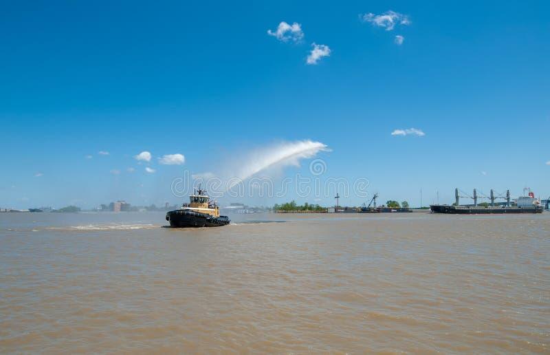 新奥尔良,路易斯安那- 2016年4月10日:新奥尔良都市风景和密西西比河 在法国Qua期间的小船倾吐的水 免版税库存照片