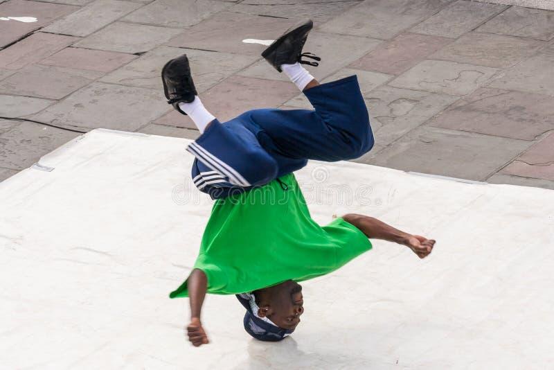 新奥尔良, LA/USA -大约2009年3月:年轻男性舞蹈家在杰克逊广场,法国街区,新奥尔良执行一个街道舞蹈, 免版税库存照片