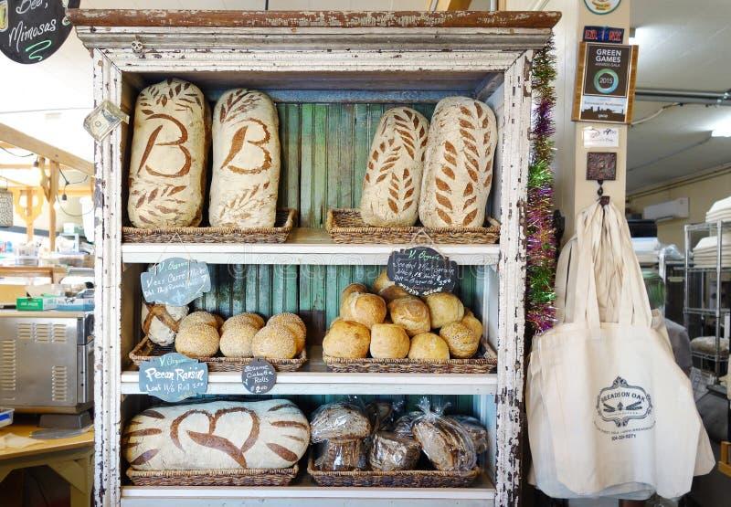 新奥尔良,LA/USA -03-24-2019:在面包的新鲜的被烘烤的面包在橡木、一个素食主义者和素食面包店和餐馆在新奥尔良 免版税库存照片