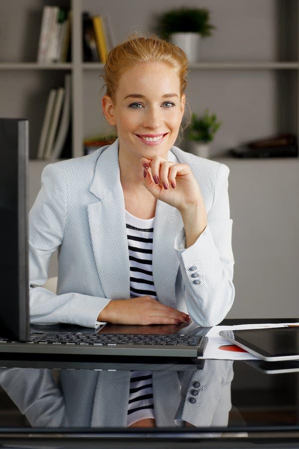 新女实业家纵向 免版税库存图片