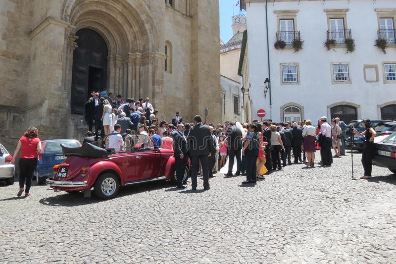 新娘、新郎和婚姻的客人在教会Se Velha前面 图库摄影
