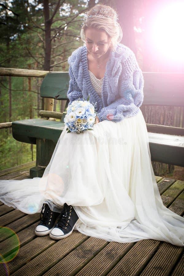 新娘与错误鞋子的婚礼之日 免版税库存照片