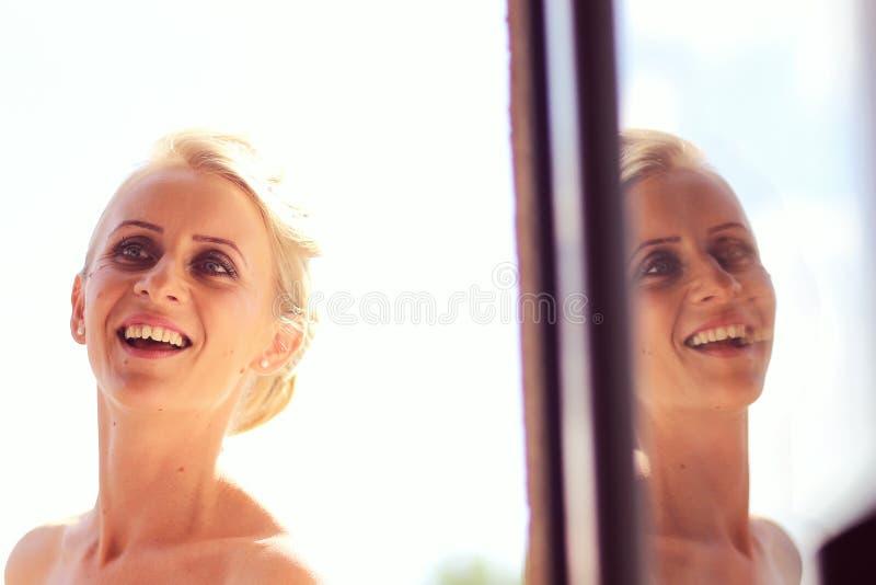 新娘为她的婚礼做准备 免版税库存图片