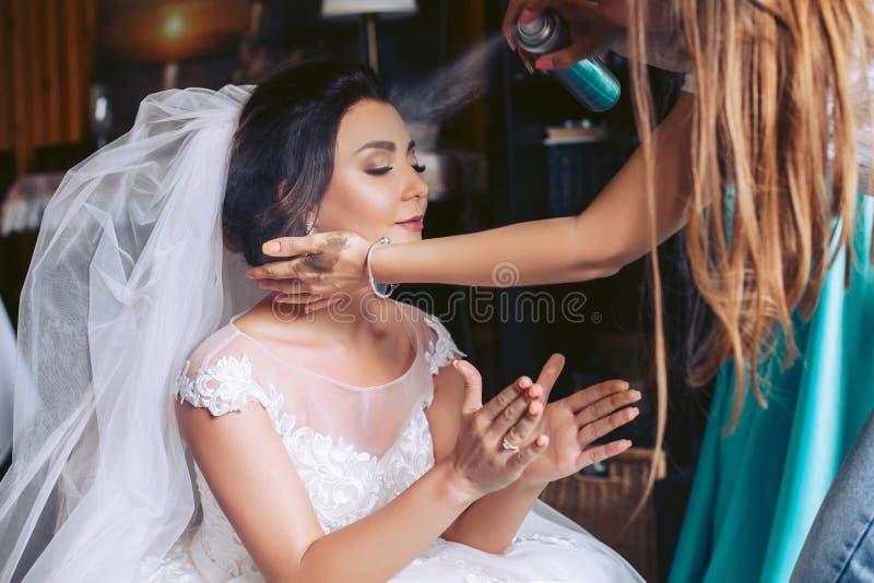 新娘为婚礼做准备 称呼头发 免版税库存照片