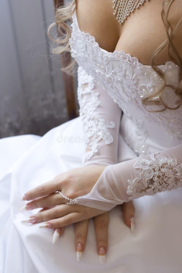 新娘低颈露肩的s 库存图片