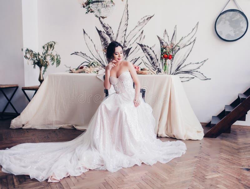 新娘佩带的时尚婚礼礼服秀丽画象  免版税库存图片